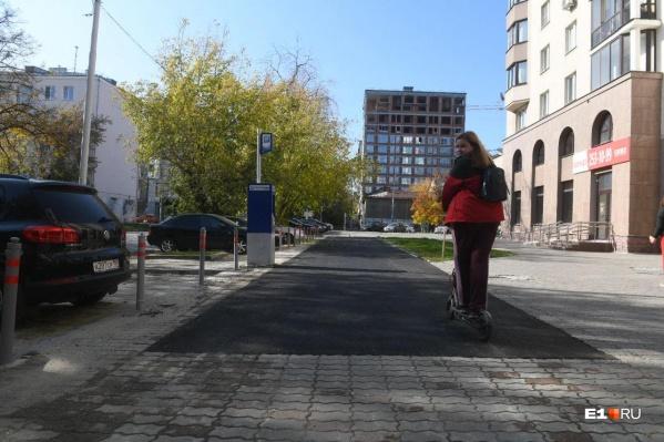 Тротуар после экстренного ремонта в Екатеринбурге выглядит так