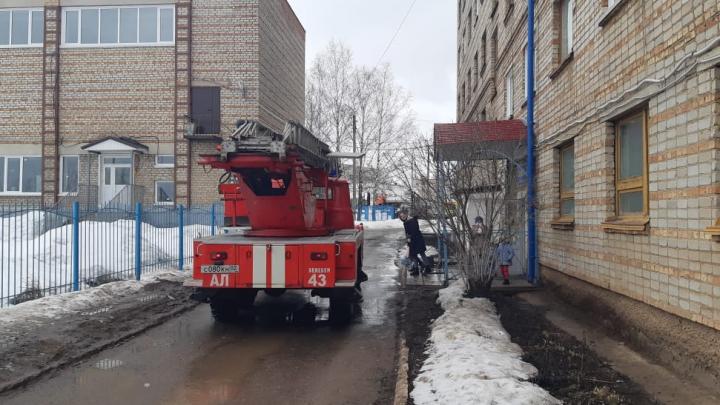 В Башкирии из горящего здания эвакуировали сто человек