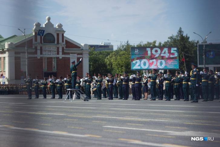 Парад сопровождала музыка военного духового оркестра