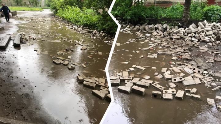 Затопленную дорогу в ярославских дворах замостили кирпичами. Получилось не очень