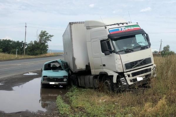 По сведениям силовиков, водитель вазовского авто не рассчитал с разворотом
