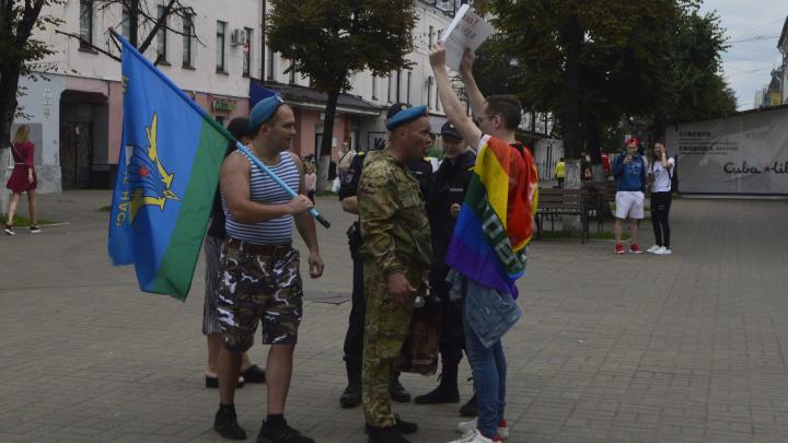 «Полицейские защищали собой»: в центре Ярославля вэдэвэшники толпой набросились на ЛГБТ-активиста. Видео