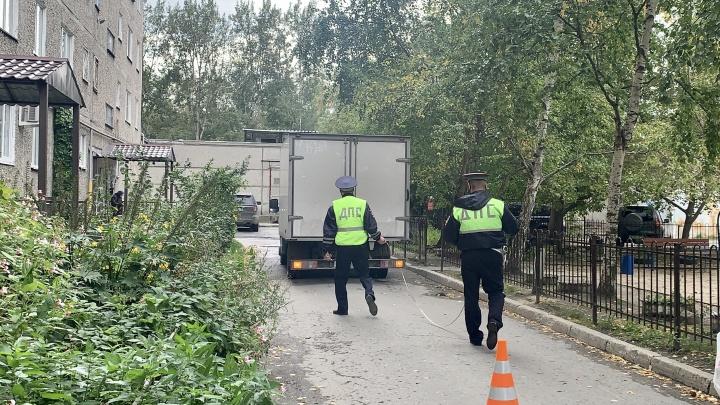 В Екатеринбурге водитель «Газели» наехал задним ходом на ребенка во дворе
