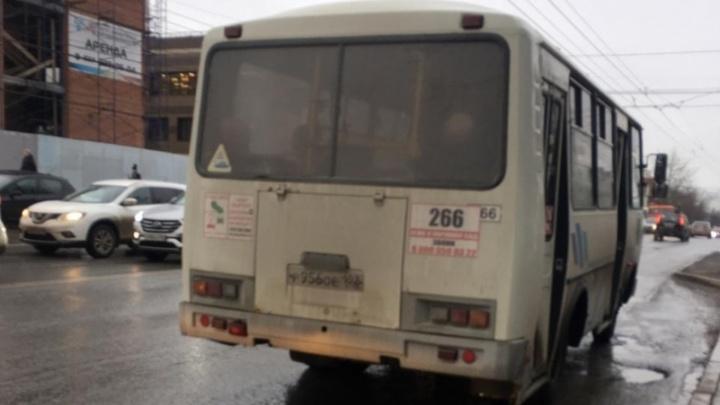 Снял плату дважды и вышвырнул пассажира из автобуса. Новый скандал с водителем, кинувшим карту в женщину