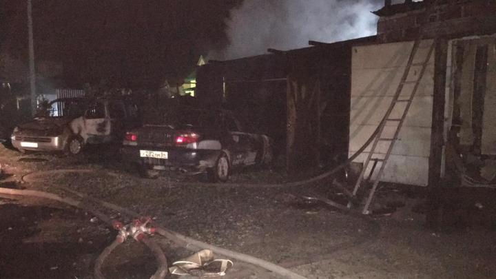 Сгорели два дома и три машины: спасатели рассказали подробности крупного ночного пожара на Тульской