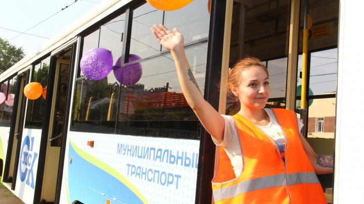 На улицах Омска уже вторую неделю работают трамваи из Москвы — смотрим на них изнутри