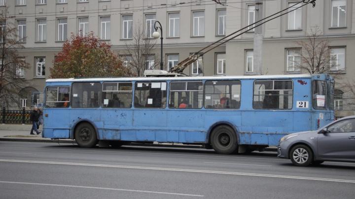 В Омске задымился троллейбус. Водитель принялась тушить его водой