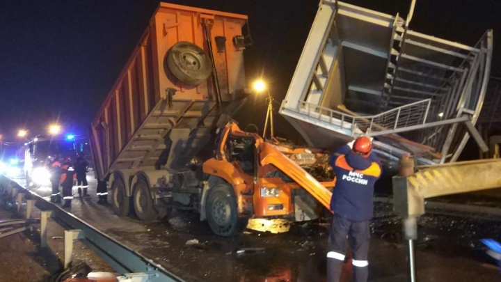 Показываем, где объехать: после обрушения моста на выезде из Екатеринбурга образовалась огромная пробка