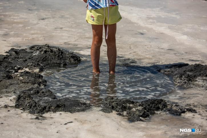 Здесь водится рачок Artemia, который формирует целебную грязь озера