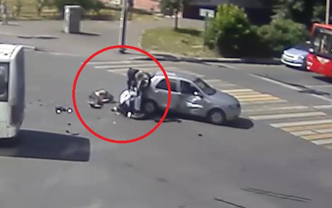 Вылетел на красный: появилось видео жуткого ДТП с мотоциклистом в центре Ярославля