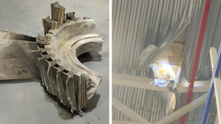 «На крышу упал обломок лопасти»: рабочий склада прислал фото, где деталь от задымившегося самолета пробила крышу