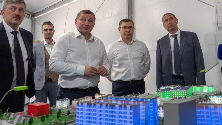 Министр Якушев посетил первые в Волгограде дома, сданные по эскроу-счетам в микрорайоне «Долина»
