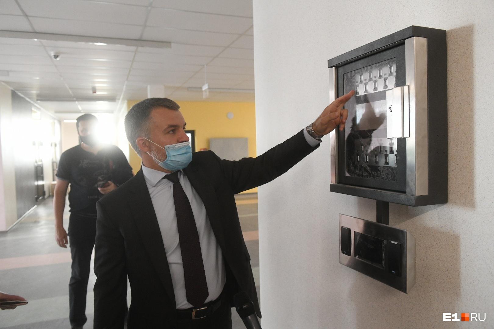 Вице-мэр показывает систему хранения ключей