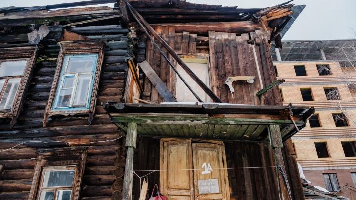 «Виновных так и не нашли»: многодетная пермячка вынуждена жить в доме, на который в мае упал башенный кран