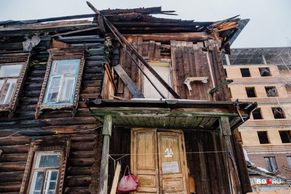 При падении кран повредил крышу дома