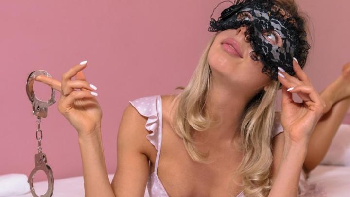 «Мне 40 лет, я уже всё знаю»: сексолог объяснила, почему вы стыдитесь говорить и читать о сексе