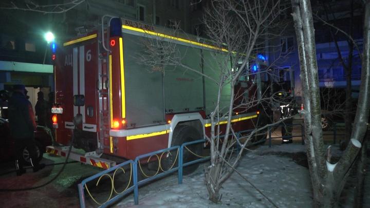 На Химмаше в пожаре пострадал мужчина. Весь подъезд девятиэтажки эвакуировали