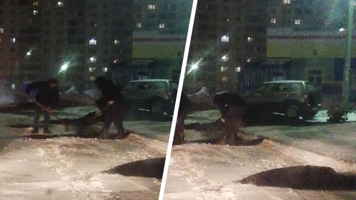 «Уже нервы не выдерживают от такого вредительства»: в Ярославле асфальт уложили в свежий снег