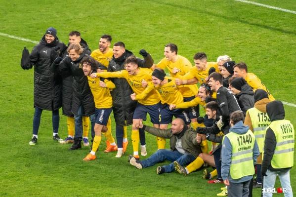 Зато теперь у болельщика (снизу в центре)есть победное фото с командой