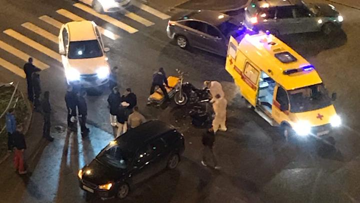 На перекрестке в Тюмени машина не пропустила и сбила мотоциклиста