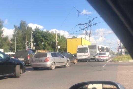 В Брагино автомобиль снёс столб с проводами: район встаёт в большую пробку. Онлайн