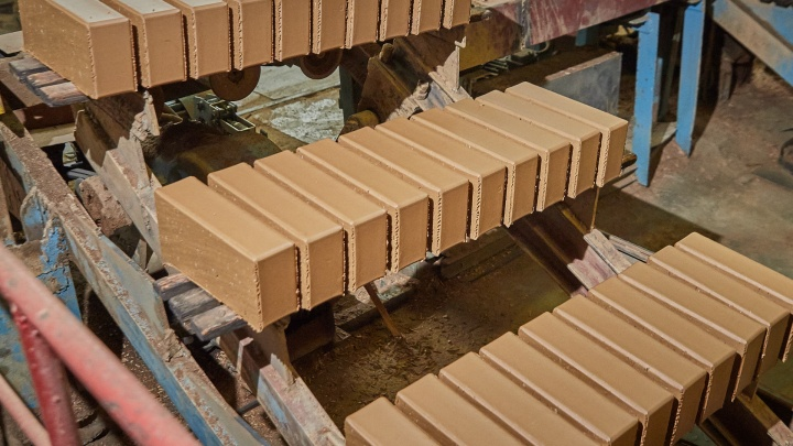 Словно плитки шоколада: как на уральском заводе тонны глины превращают в миллионы кирпичей