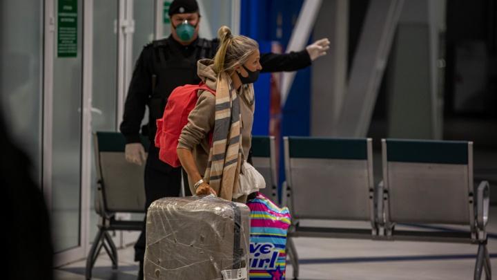 Загорелые и испуганные: как в Толмачёво встретили пассажиров ночного рейса Бангкок — Новосибирск