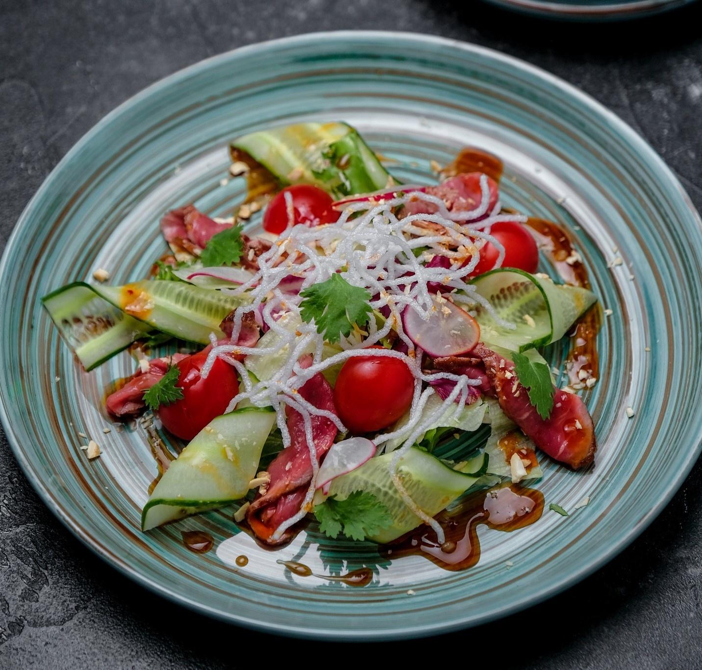 Девушки оценят разнообразие легких, но сытных салатов