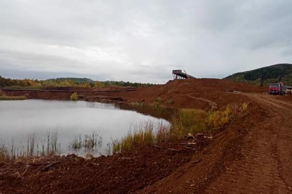 Рабочие, которые, по словам местных жителей, добывают золото в 100 метрах от русла реки Урал