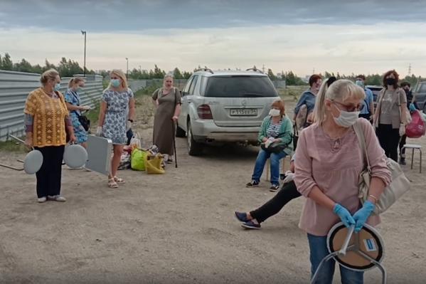 Люди привезли к домам свои вещи: стулья, столы и даже мягкие игрушки