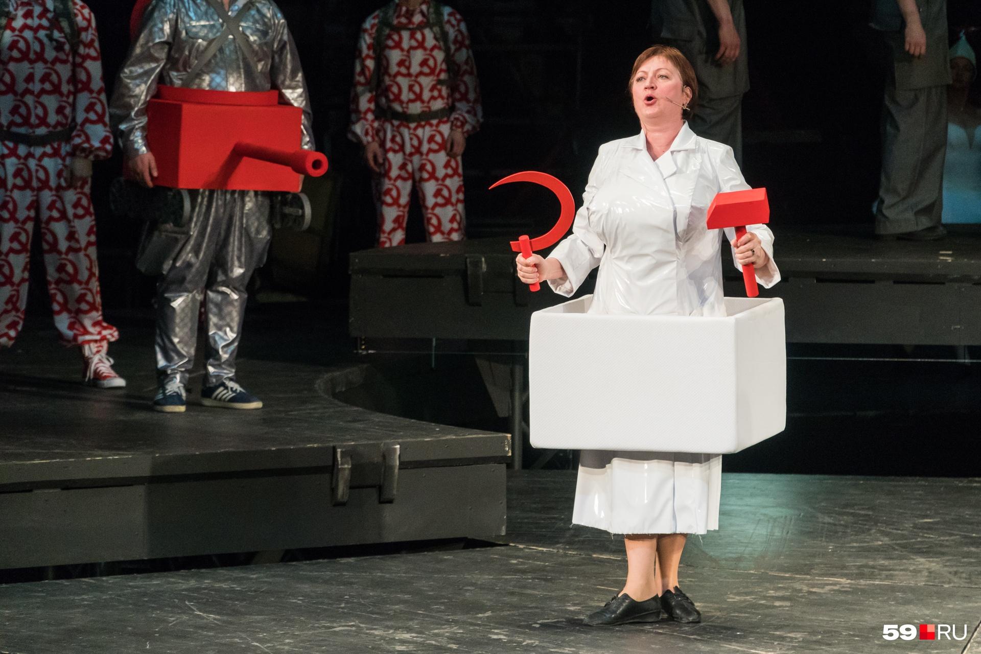 Костюмы выполнены художницей, дважды лауреатом премии «Золотая маска» Ирэной Белоусовой