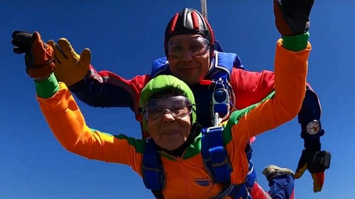 «Вы не представляете, какой это кайф!»: 80-летняя сибирячка отметила юбилей прыжком с парашютом