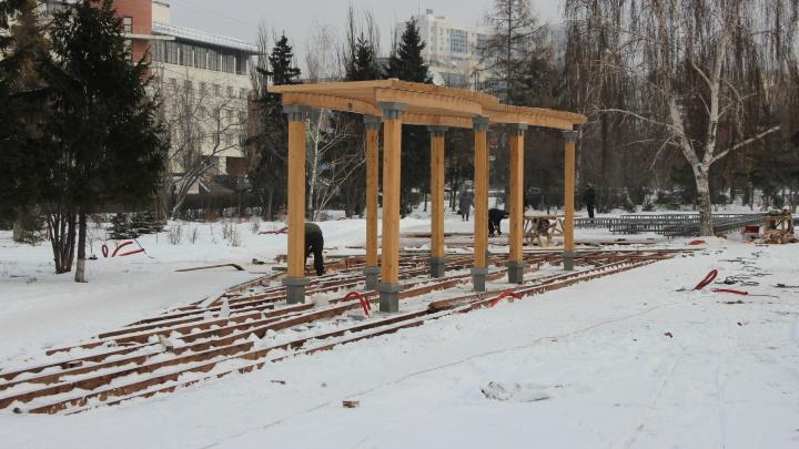 На Театральной площади начали устанавливать перголы и сцену