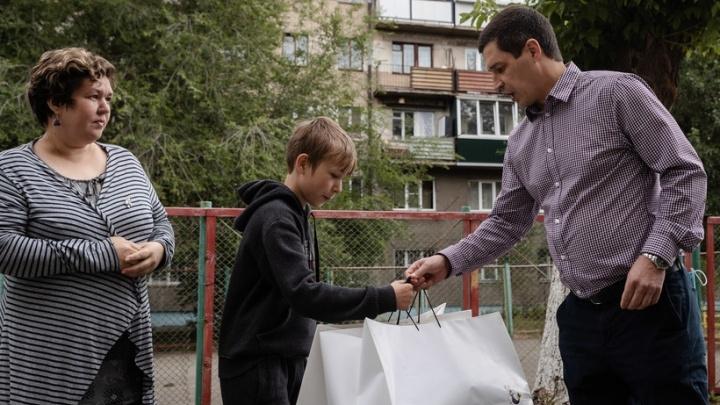 Хоккеисты «Трактора» поддержали макулатурой благотворительную акцию челябинского школьника