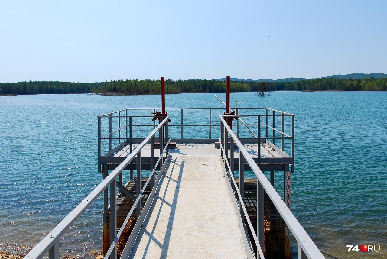 Гидротехническое сооружение для сброса воды. Выглядит как пирс на южном море