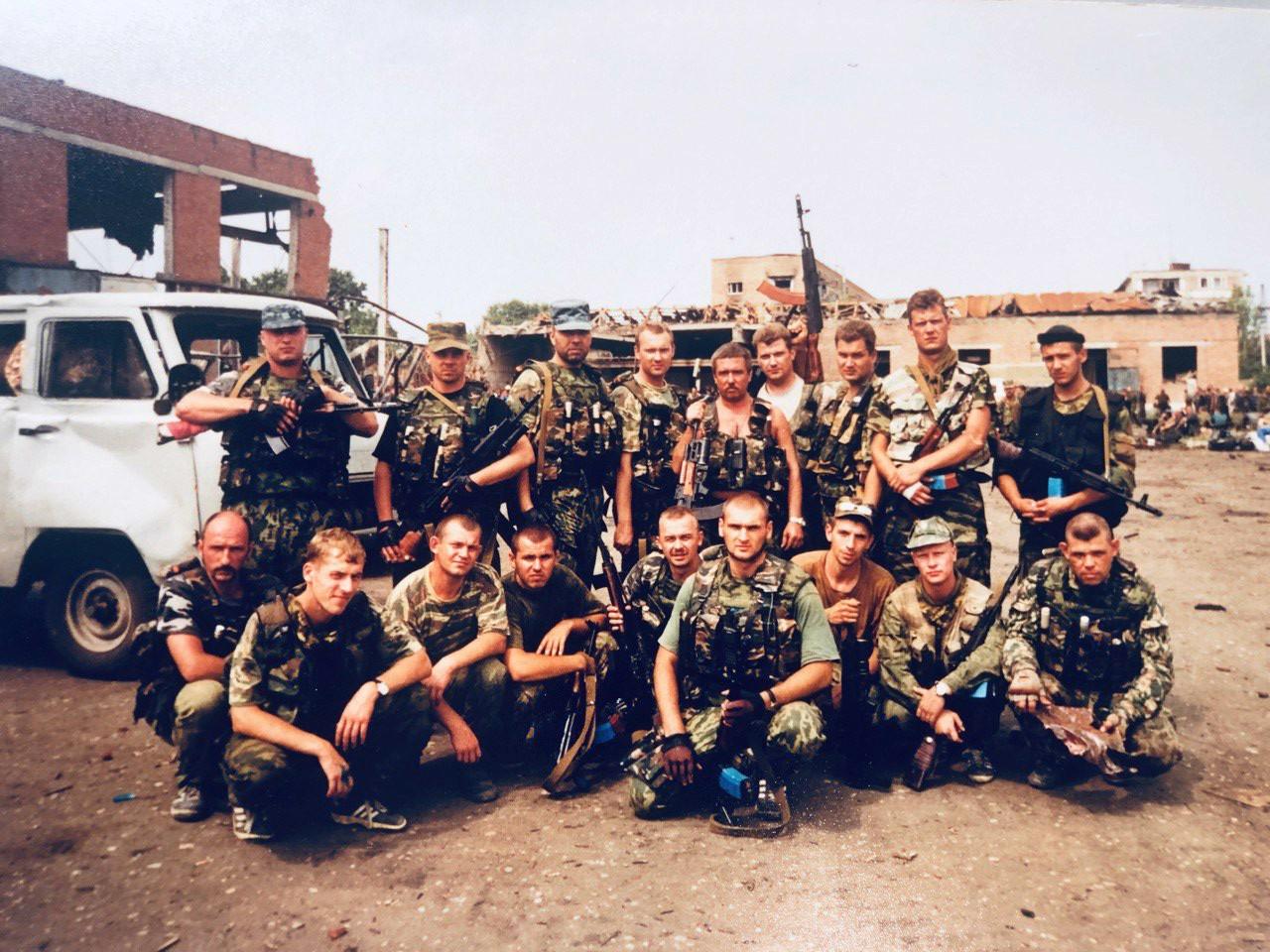 Утро 3 июля 2000 года.Сотрудники УФСБ и МВД Челябинской области. Алексей Вражнов в верхнем ряду крайний слева