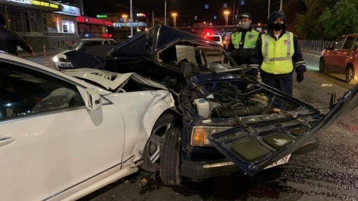 Водитель, которого у метромоста вырезали из машины после аварии, скончался в больнице