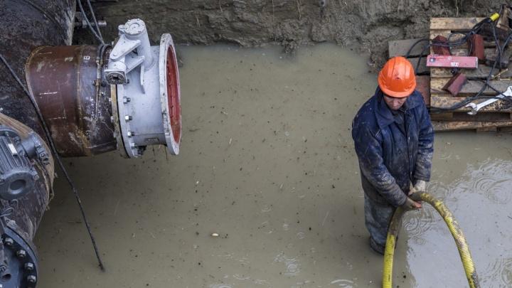 «И, как обычно, никто не предупредил»: в Кировском районе десятки домов без воды из-за аварии на ветхом водоводе