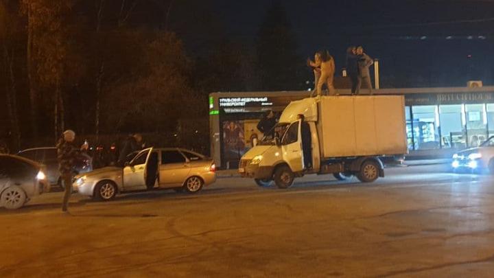 Дорожное видео недели: танцы на крыше «Газели» и погоня за пьяным водителем багги
