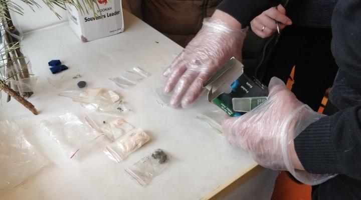 В Зауралье наркодилера, покурившего своей же «синтетики», сутки не могли вытащить из гостиницы