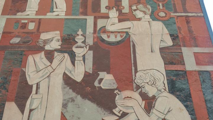 Изучаем советские мозаики, барельефы и сграффито на стенах пермских домов. Они — про науку, труд и космос