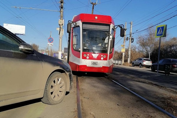 Хозяин бросил иномарку вплотную к трамвайным путям