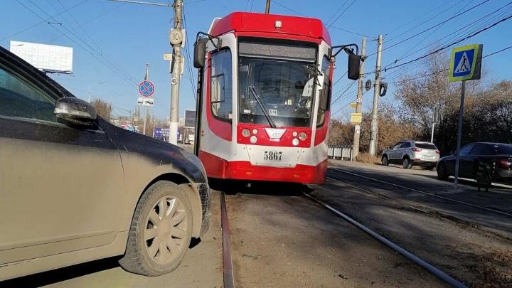 В Волгограде автохам на час парализовал работу скоростного трамвая