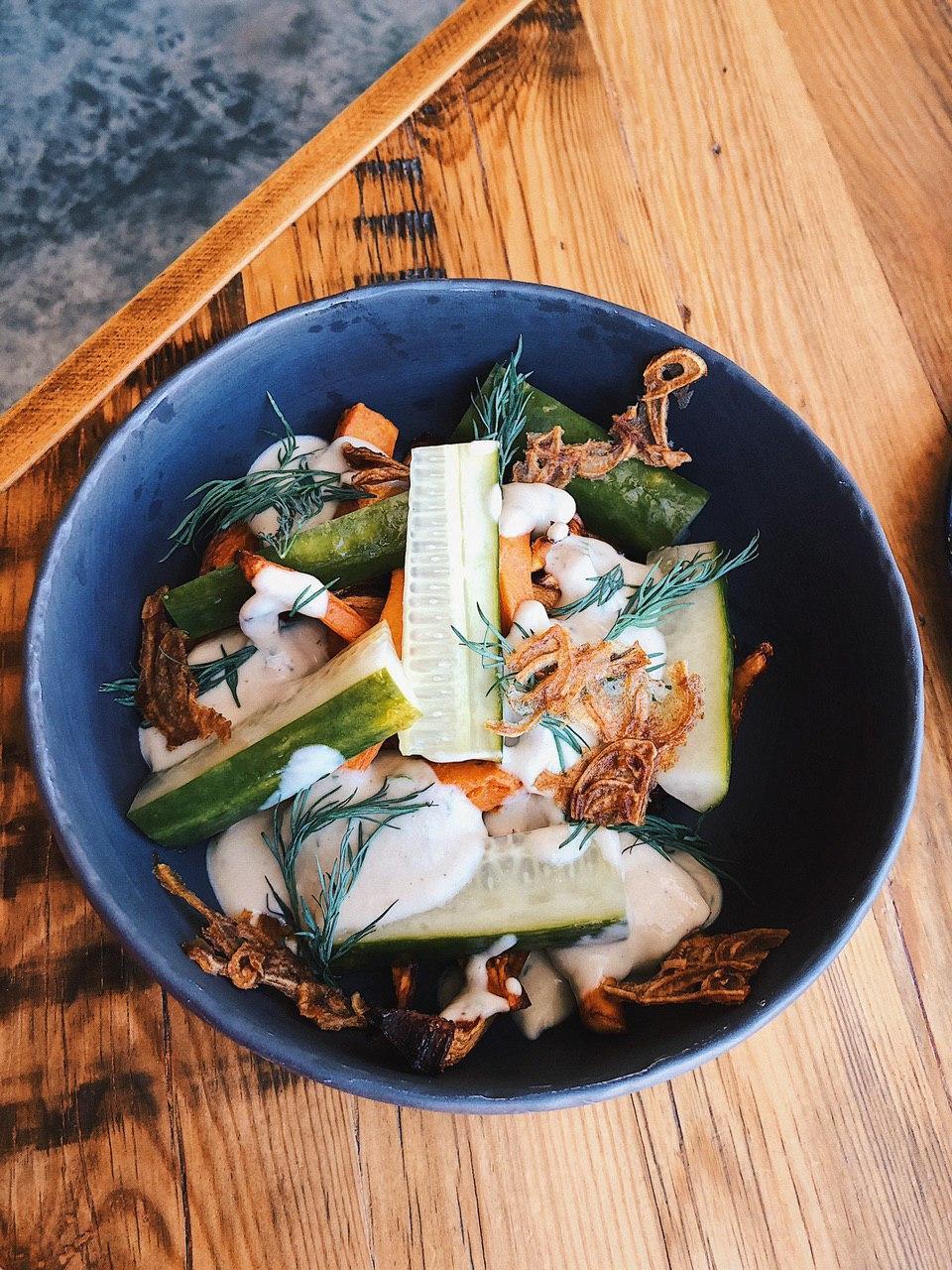 А для поклонников здорового питания лисички приготовили с бататом и маринованными огурцами