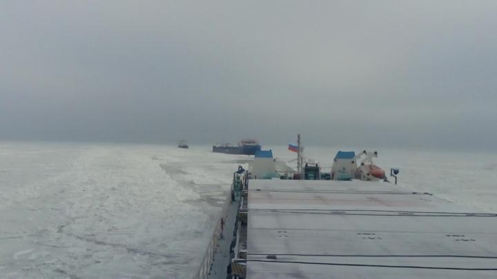 «Рабочие моменты»: переход корабля по замерзшему Цимлянскому водохранилищу в Волгоградской области попал на видео