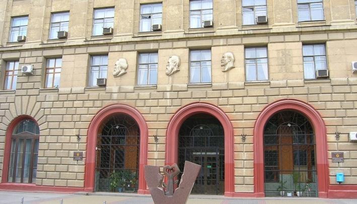 «Без барельефа»: кафедра ЮНЕСКО разрешила вернуть только имя Сталина на здание ВолгГМУ