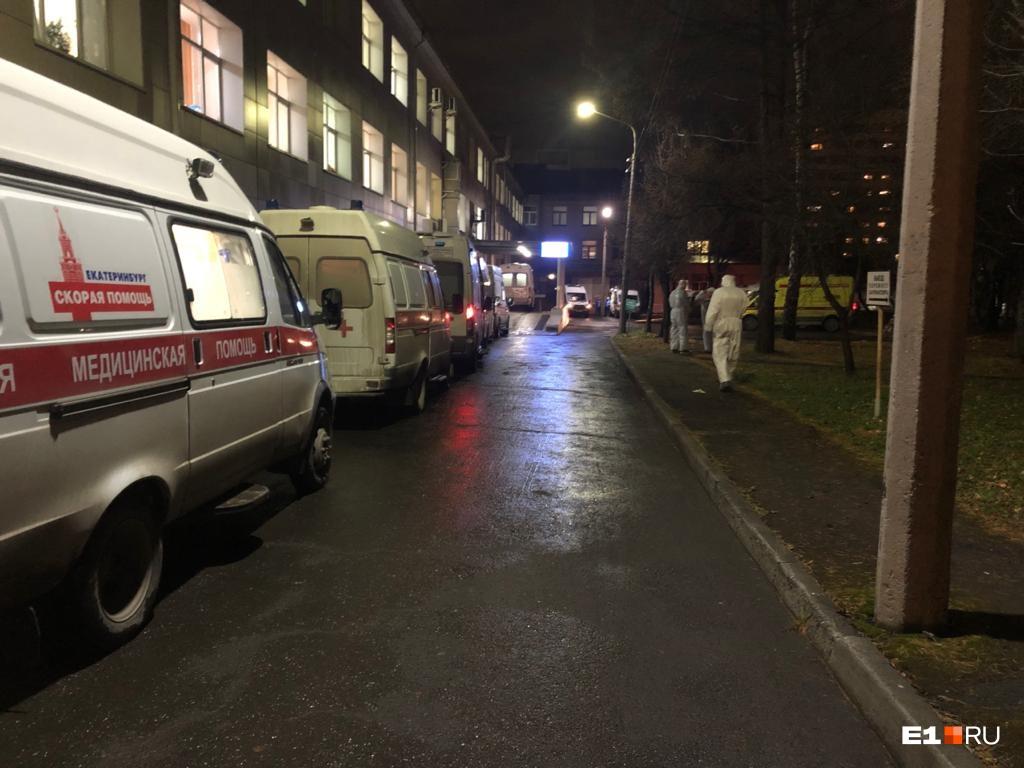 В очереди перед больницей № 24 выстроились порядка пятнадцати машин скорой помощи