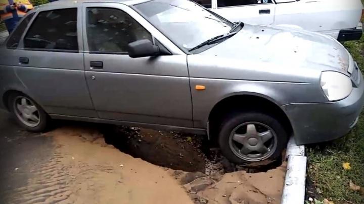 «Авто повисло на бордюре»: в Тольятти на парковке провалился асфальт