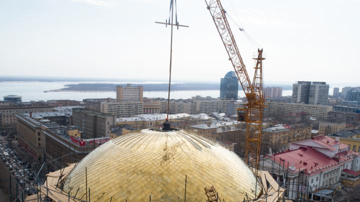 В Волгограде на главный купол Александро-Невского собора подняли деревянный крест