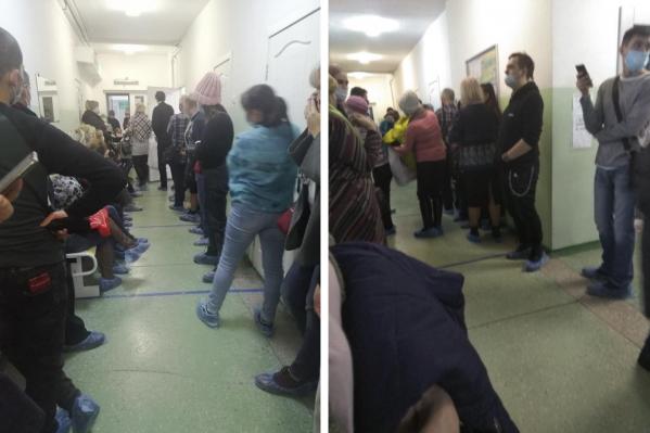 Пациентам приходится стоять в коридоре по несколько часов
